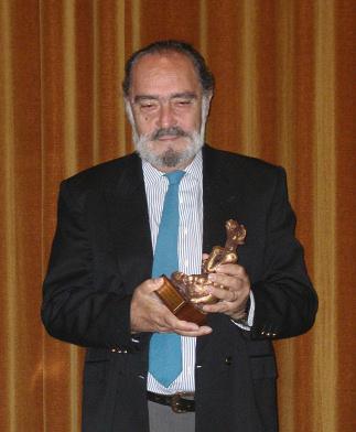 Carlos Aured posa con el místico con que Algeciras Fantástica'05 le premió como reconocimiento a toda su carrera