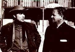 Jack Taylor conversando con Amando de Ossorio durante el rodaje de