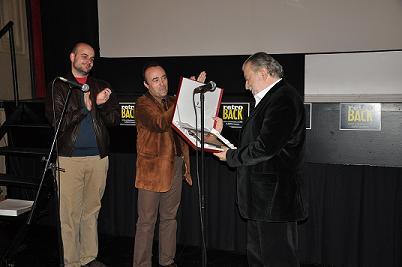 Momento de la entrega de la placa conmemorativa a Pupi Avati de manos de Carlos Aguilar