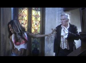 La actriz porno Lolana intentando retener a Arthur Roberts a través de un crucifijo.