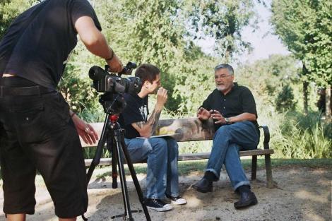 Diego entrevistando a Antonio Mayans en un momento del rodaje de