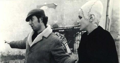 Marcello Aliprandi da instrucciones a Sydne Rome durante una de las escenas clave de la película.