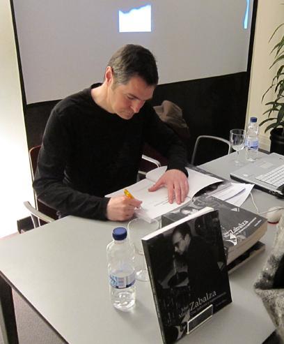 """Gurutz Albisu firmando un ejemplar de """"José María Zabalza. Cine, bohemia y supervivencia"""""""