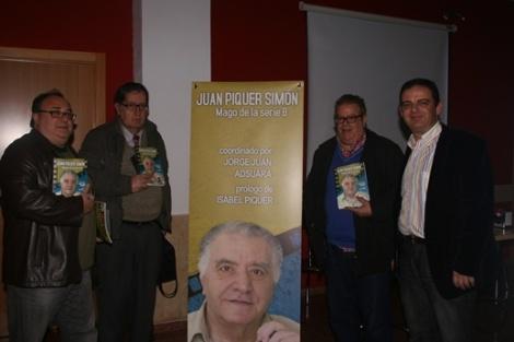 Jorge Juan posa junto a varios colaboradores en la presentación del libro. En segundo lugar empezando por la izquierda podemos ver a Salvador Saíz.