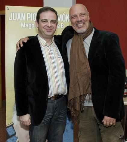 """Jorge Juan posa junto al actor Manuel Puchades, quien interpretara al malvado Selkins en """"La isla del diablo""""."""