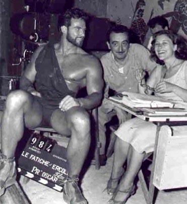 """Steve Reeves junto a Mario Bava en un descanso de """"Hércules""""."""