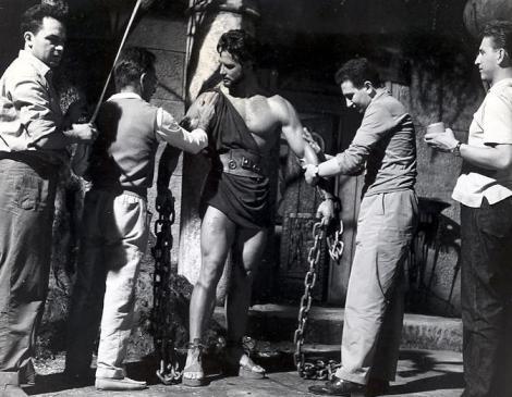 Steve Reeves siendo encadenado para la escena de la destrucción del templo.