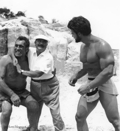 Pietro Francisci dando instrucciones a Primo Carnera y Steve Reeves para la escena de su pelea.