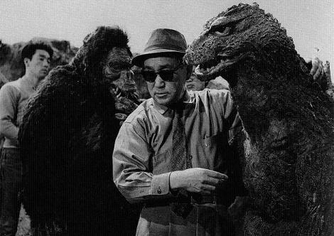 El gran Eiji Tsuburaya dando instrucciones durante el rodaje de la película.