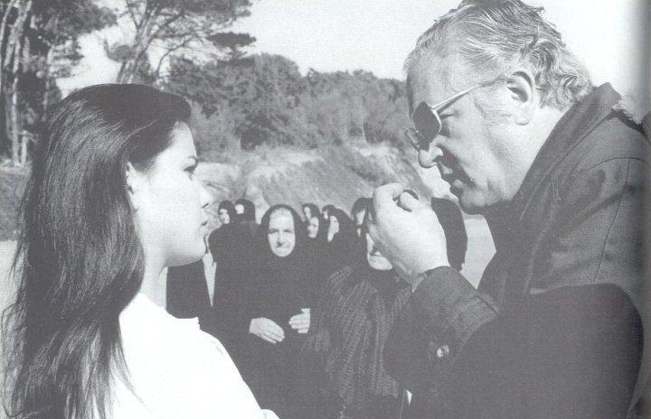 """Sandra Mozarowski recibiendo instrucciones de Amando de Ossorio durante el rodaje de """"La noche de las gaviotas""""."""