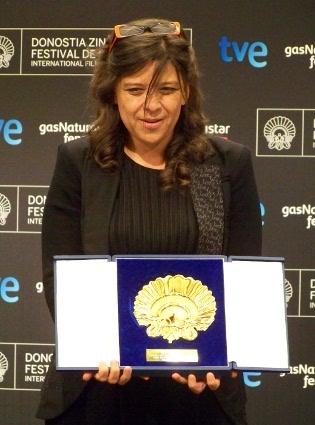 """Mariana Rondón posa con la Concha de Oro por su película """"Pelo malo"""", sin lugar a dudas una de las grandes triunfadoras de esta 61 edición."""