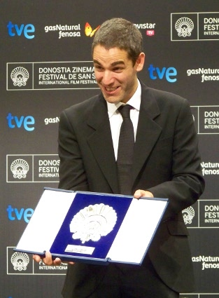 """Fernando Eimbecke muestra la Concha de plata  lograda por su trabajo en """"Club Sándwich""""."""