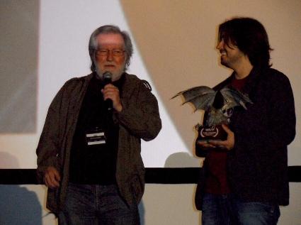 """Tobe Hooper dirigiéndose al público instantes antes de recibir el premio """"Maestros del fantástico"""" de manos del director de """"Nocturna"""", Luis Rosales."""
