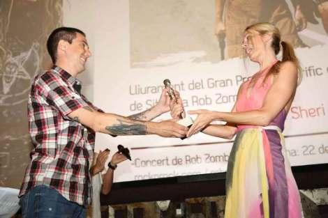Diego López haciendo entrega a Sheri Moon de la María honorífica.