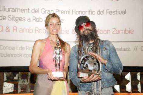 Sherri Moon y Rob Zombie posan con sus respectivos premios honoríficos.