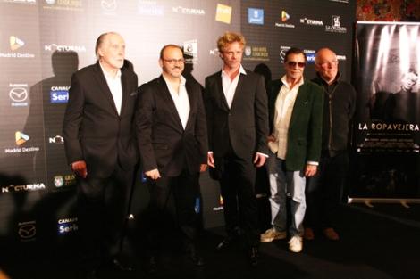 Los entrevistados junto a Alfonso Azpiri, que ha dibujado la figura del doctor Knox para los créditos.