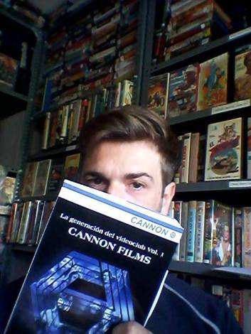 "Frank Muñoz oculta su rostro tras la portada de ""Cannon Films""."
