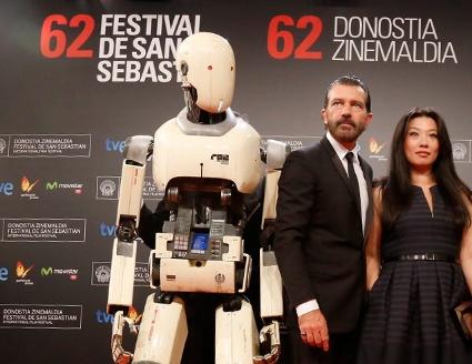 """Antonio Banderas, protagonista de """"Automata"""", junto a uno de sus particulares compañeros de reparto."""