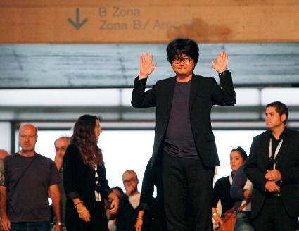 """Sung Bo Shim, director de """"Haemu"""", saludando tras la proyeccion del film."""