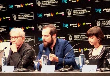 "Carlos Vermut junto a José Sacristan y  Lucia Pollan presentando ""Magical Girl""."