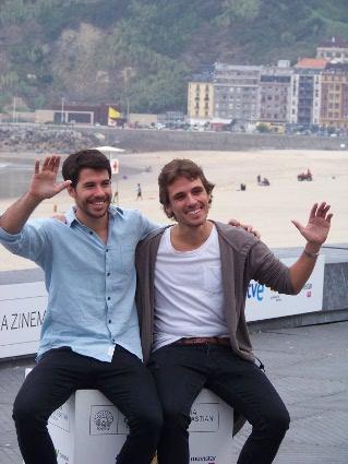 "Oriol Vila y  Jon Anza posan para el fotocall de ""Lasa eta Zabala""."