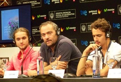 """Imagen de la rueda de prensa de """"Vie Sauvage"""" con su director, Cédric Kahn, y dos de sus actores."""