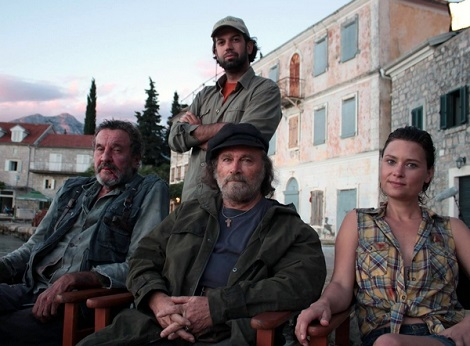Milan Todorovic y Franco Nero junto a otros miembros del reparto durante un descanso del rodaje.