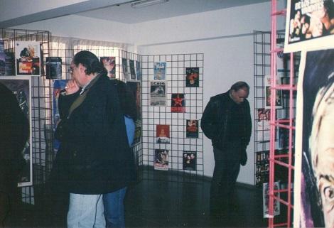 Carlos Aured de espaldas y Paul Naschy al fondo contemplando la exposición organizada .