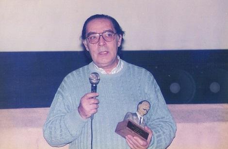 """Carlos Aured con el honorífico premio """"Segundo de Chomón"""" que le hiciera entrega la Primera Semana de Cine Fantástico Español de Valencia."""