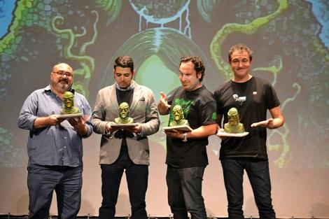 """Miguel Ángel, junto a Rafa Lis, David García y Manolo Valencia posando con el galardón con el que fueron premiados respectivamente durante la última edición de """"Fantasti'cs""""."""