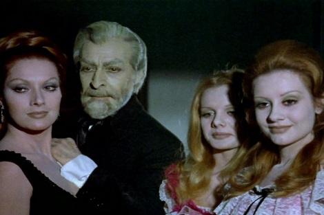 """La peculiar familia vampírica de """"La saga de los Drácula"""". De izda. a dcha.: Helga Liné, Narciso Ibáñez Menta, Cristina Suriani y María Kosti."""