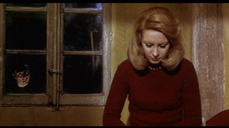 """El personaje de María es observado desde la ventana en un momento de """"La noche de las gaviotas"""","""
