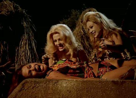 """Loreta Tovar y María Kosti convertidas en mujeres leopardo prestas a atacar a Kali Hansa en """"La noche de los brujos""""."""