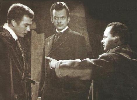 """Dos de los protagonistas de """"Horror"""" reciben instrucciones de De Martino."""