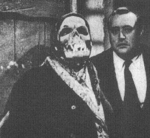 Neville junto a una de las máscaras carnavalescas.