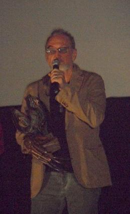 """Robert Englund dirigiéndose a los asistentes con el """"Maestro del fantástico"""" con el que Nocturna le homenajeó por toda su trayectoria."""
