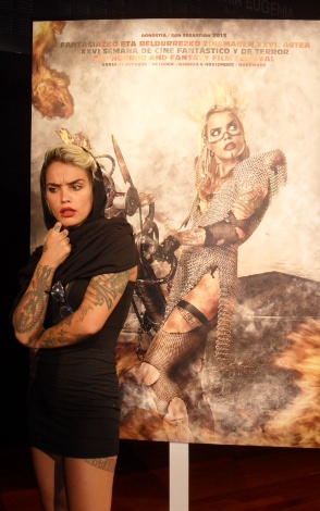 Vinila von Bismark posando junto al cartel de la próxima edición de la Semana que ella misma protagoniza.