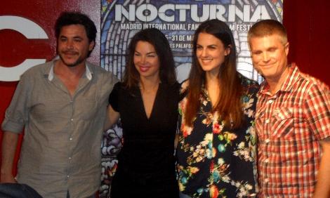 """El equipo de """"Don't Speak"""" posando ante los medios en """"Nocturna"""". De izquierda a derecha: Francesc Prat, las actrices Liliana Cabal y Melina Matthews, y Amadeu Artasona."""