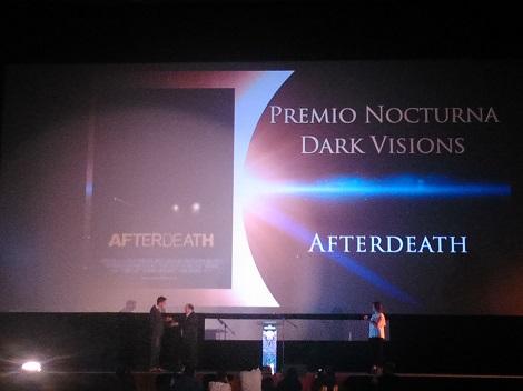 """Gez recogiendo el galardón a """"Afterdeath"""" como mejor película de la sección """"Dark Visions"""" durante la gala de clausura de """"Nocturna""""."""