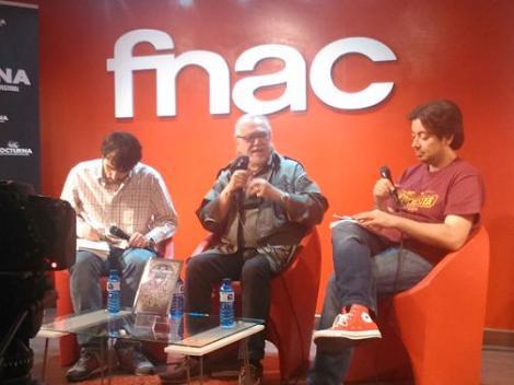 Un momento del encuentro de Lamberto Bava con los aficionados con los aficionados, flanqueado por Joaquín Torán (a su derecha) y Luis Rosales (izquierda).