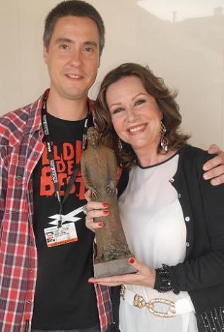 Diego junto a María Kosti posando con el Premio Nosferatu con la que Brigadoon reconoció el pasado año la trayectoria de la actriz madrileña.