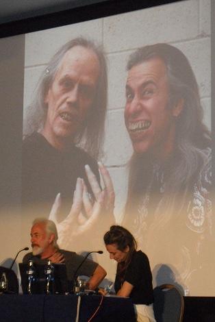 Rick Baker durante la clase magistral que impartió en el Festival de Sitges. Detrás de él puede verse una imagen en la que aparece maquillado junto a John Carpenter.