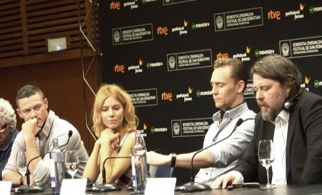 "Equipo de ""High Rise"" en la rueda de prensa. De izda. a dcha: los actores Luke Evans, Sienna Miller, Tom Hiddleston y el director Ben Wheatley."