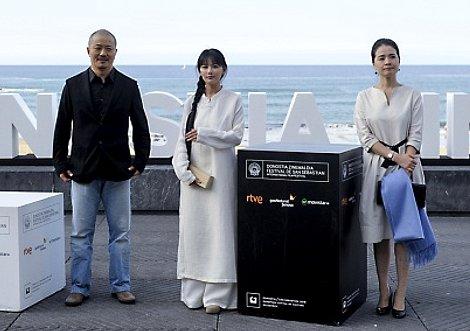 """Photocall de """"Back to the North"""" con el director Liu Hao y las actrices Luo Xiaoyi y Su Yijuan."""