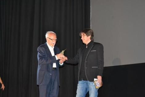 """El veterano productor recibiendo de manos del director de """"Nocturna"""" el Scifiworld Hall of Fame"""" con el que el festival madrileño le homenajeó por toda su trayectoria."""