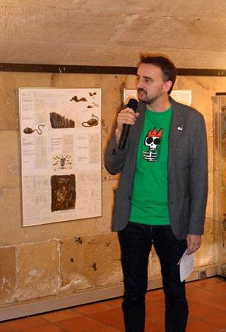 """Josemi durante la visita guiada de la expo """"Aventuras en el desván"""", con material del homónimo film de Jiri Barta."""