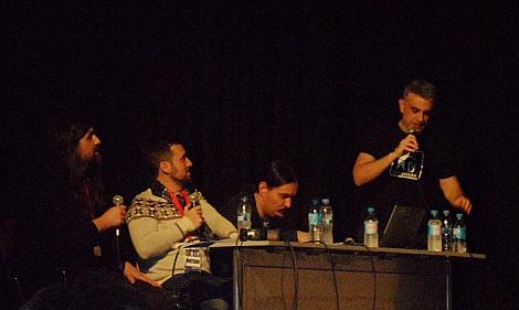 """Un instante del show en vivo de """"Cine Basura"""" en el C.C. Casa del Reloj."""