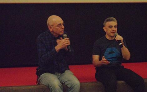 """Sam junto a Paco Fox dirigiéndose a los espectadores durante la sesión Cannon en la que el cineasta recibió el premio """"Jess Franco""""."""