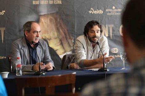 """López Gallego durante la rueda de prensa de """"The Hollow Paint"""" en el Fant, acompañado de Iñaki López de Aguileta, director de Cultura del Ayuntamiento de Bilbao."""