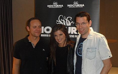"""Griff, Rachele Brooke Smith y el productor _ posando ante los medios después de la rueda de prensa de """"Cold Moon"""" en Nocturna."""